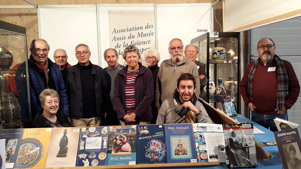 Stand des Amis du Musée et de la Faïence de Quimper.