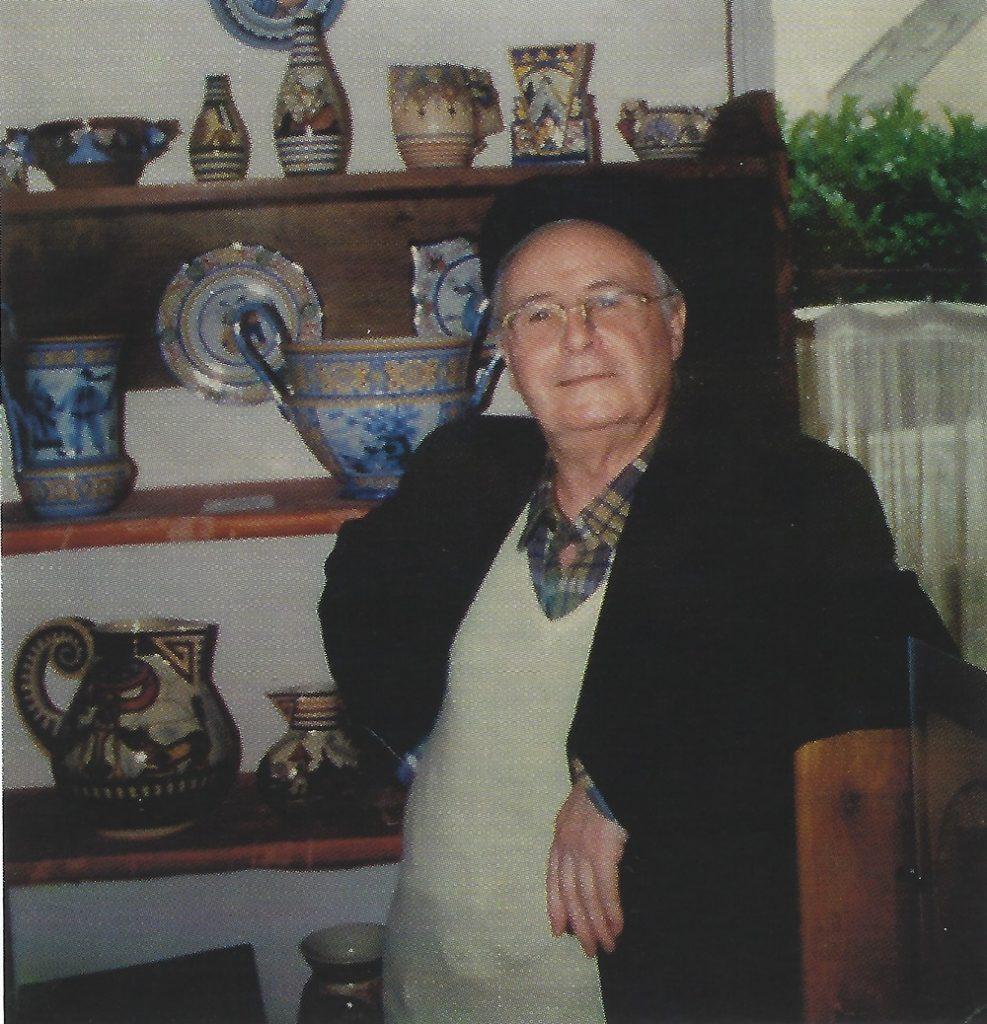 Maurice Fouillen dans sa salle d'exposition.