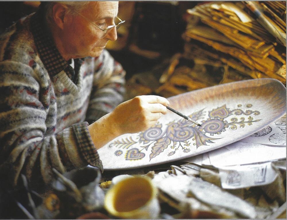 Maurice Fouillen décorant un plat